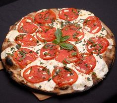 Fresh mozzarella, tomato and basil pizza. How I wish this is dinner every day.