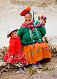 Madre peruana con sus pequeños.