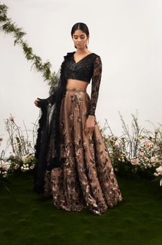 Dress Simple Black Casual Minimal Chic New IdeasYou can find Indian dresses and more on our website.Dress Simple Black Casual Minimal Chic New Ideas Indian Wedding Outfits, Pakistani Outfits, Indian Outfits, Dress Wedding, Trendy Dresses, Fashion Dresses, Mode Bollywood, Bollywood Fashion, Lehnga Dress