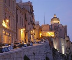 What a beautiful picture of Cagliari by night .