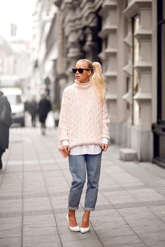 30 Perfect Oversized Sweater Outfit Ideas - Style a pastel oversized knit sweater over a button-down shirt and wear it with baggy jeans + chic white pointy-toe pumps