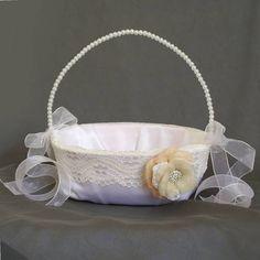 Sesta para florista Feita de  cetim bucol, com flor de lã merino natural, rendas e broche de strass. R$ 60,00