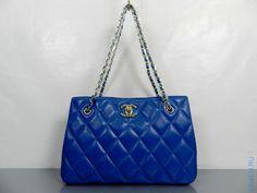 Сумка Chanel Шанель синего цвета с ручками на золотистых цепочках