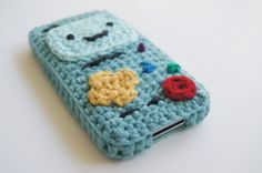 Crochet Phone Cover Ravelry: BMO (Adventure Time) iPhone Case Crocheted Parts pattern by Louis Mensinger - Crochet Phone Cover, Crochet Case, Love Crochet, Crochet Gifts, Diy Crochet, Adventure Time Crochet, Adventure Time Crafts, Crochet Designs, Crochet Patterns