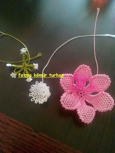 This Pin was discovered by kad Bead Crochet, Filet Crochet, Crochet Earrings, Needle Lace, Needle And Thread, Lace Flowers, Crochet Flowers, Tatting, Lace Art