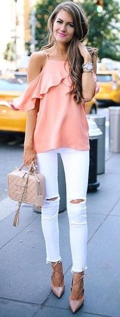 Basic Summer Outfits To Try Now Coral Cold – Schulterfreies Top + Weiße Jeans + Nudepumpen Coral Shirt Outfits, Pink Outfits, Summer Outfits, Casual Outfits, Cute Outfits, Casual Clothes, Winter Outfits, Summer Fashion Trends, Spring Summer Fashion