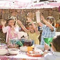 Las       fiestas infantiles son el momento perfecto para demostrar tus dotes imaginativas, inventando los juegos más originales y divertidos para los pequeños de la casa. Si te has quedado sin ideas, nuestros lectores te echan una mano para hacer de su cumple o fiesta una tarde inolvidable. ¡A jugar!