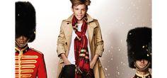 En exclusivité pour Vogue.fr, Burberry dévoile sa nouvelle vidéo de Noël : un remake du film Billy Elliot de Stephen Daldry. On retrouve bien évidement Roméo Beckham, qui avait joué dans le précédent clip de Noël Burberry 'From London With Love', mais aussi Elton John, Naomi Campbell, Rosie Huntington Whiteley, Michelle Dockery et bien d'autres, rejouant la première scène de Billy Elliot.