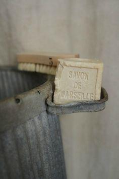 avant la lessive en poudre et la machine à laver: savon et huile de coude par tous les temps