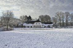 Boerderij Het Gagelgat bedekt onder een laagje sneeuw