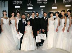 Miquel Suay con los excepcionales novios, los actores Xoel Fernández, Tamar Novas, Iago García y José Lamuño junto a las modelos tras finalizar el desfile en la Pasarela Barcelona Bridal Week 2013. Imagen cedida por BBW.