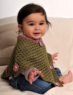 Gratis hækleopskrifter: Er den ikke kær, denne lille, hæklede poncho til de allermindste? Crochet Baby Poncho, Knitted Poncho, Knit Crochet, Crochet Hats, Knitting For Kids, Crochet For Kids, Baby Knitting, Baby Patterns, Crochet Patterns