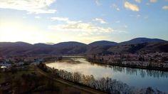 Vidéo aérienne par drone, vue sur la vallée du Rhône depuis Condrieu, avec le Parc Naturel Régional du Pilat en toile de fond.  Retrouvez la VIDÉO COMPLÈTE (lien dans la bio)  #condrieu #pilat #pilatmonparc #loiretourisme #rhonealpes #france #magnifiquefrance #drone #dronestagram #dronefly #dji #djimavic #djimavicpro #mavicpro #digitalnomad #digitalnomadfamily #famillenomadedigitale #famillenomade #blogvoyage #travelblog #travelphotography #travelgram