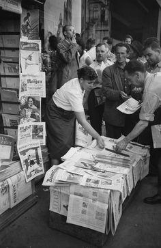 ¿No estaba prohibida la presna? Un kiosko con prensa local e internacional en el centro (1956) Bucharest Romania, Old City, Old Pictures, Street Photography, Memories, History, Retro, Bucharest, Daily Journal