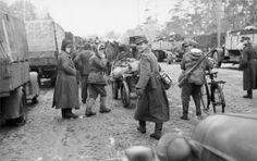 22. Dezember 1943 Sowjetunion-Nord.- Rückzug der deutschen Truppen, Soldaten mit Fuhrwerke bzw. Fahrrad auf Straße, links und rechts Lastkraftwagen