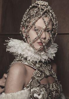 Interpretação contemporânea da Gola de Rufos do período Renascentista, pela marca Alexander McQueen, na estação Fall 2013 Ready-to-Wear.