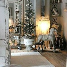 Chic Shabby and French Christmas – Top Trend – Decor – Life Style French Country Christmas, Shabby Chic Christmas, Rustic Christmas, Vintage Christmas, French Christmas Traditions, Primitive Country Christmas, Elegant Christmas, Country French, Victorian Christmas