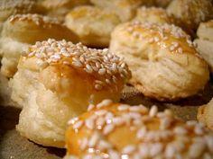 Pt. Aluat : 640 gr. faina 3 linguri de smantana 3 galbenusuri de oua 1 lingurita zahar 1lingurita sare 2 linguri de otet apa minerala sau sifon cat cupride Toate se lucreaza bine impreuna pana se omogenizeaza aluatul si se lasa la rece 1/2 ora . Untura cu care ungem aluatul : 240 gr faina Romanian Food, Romanian Recipes, Savoury Biscuits, Cake Cookies, Scones, Crackers, Doughnut, Baked Potato, Party
