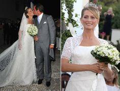 O príncipe grego Nikolaos casou-se com Tatiana Blatnik em Spetses, na Grécia. A noiva usou um vestido com decote estruturado reto e mangas curtas de renda. O véu também em renda foi preso a um penteado clássico, arrematado por um coroa (25/08/2010).