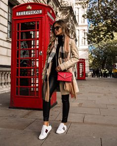 Burberry Scarf Outfit, Gucci Sneakers Outfit, Burberry Trenchcoat, Trench Coat Outfit, Sneaker Outfits Women, Black Coat Outfit, Red Sneakers, Winter Fashion Outfits, Winter Outfits