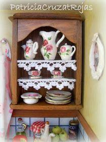 Patricia Cruzat Artesania y Color Vitrine Miniature, Miniature Dollhouse Furniture, Miniature Rooms, Dollhouse Miniatures, Fancy Kitchens, Polymer Clay Miniatures, Rose Cottage, Doll Furniture, Paper Dolls