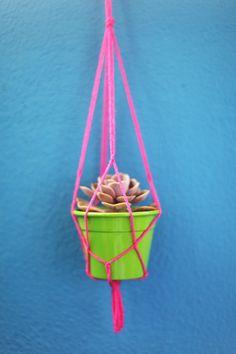 Aprenda a fazer um pendurador de vasos com macramê. Você só vai precisar de um vasinho, fios de lã e uma tesoura.
