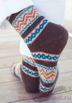 The Kingstown Socks are inspired by the motifs and colors of the Pacific Northwest. Worked from the top down with an afterthought heel, this four-color sock knitting pattern makes for an on-trend colorwork project. Knitted Slippers, Wool Socks, Knitting Socks, Knitted Hats, Knitting Designs, Knitting Patterns, Sock Leggings, Colorful Socks, Designer Socks