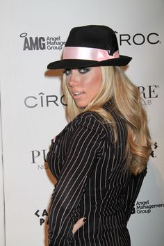 Kendra Wilkinsons sexy, hat hairstyle