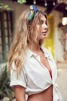 Slide View: BDG Jena Tie-Front Blouse I just love the bandana look. Ways To Wear A Scarf, How To Wear Scarves, Wearing Scarves, Bandana Hairstyles, Summer Hairstyles, Braided Hairstyle, Popular Hairstyles, Easy Hairstyles, Hair Inspo
