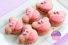 Minnie Mouse Macarons for Kayla Macarons, Macaron Cookies, Disney Themed Food, Disney Food, Disney Desserts, Baby Mickey Mouse Cake, Minnie Mouse, Meringue, Comida Disney