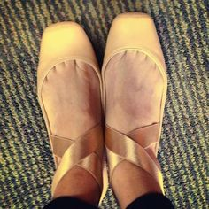 This ultra-feminine style looks great with jeans and dresses alike. The Mandalaye elastic ballet flats by Jessica Simpson. Flat Dress Shoes, On Shoes, Me Too Shoes, Shoe Boots, Comfy Shoes, Cute Shoes, Comfortable Shoes, Ballet Inspired Fashion, Shoe Clips