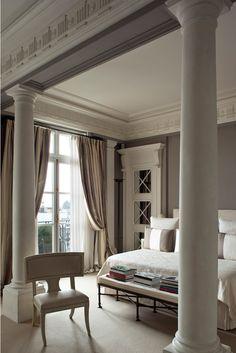 Спальня хозяев. Шведское кресло XVIII века обтянуто шелком. Банкетка изготовлена по эскизу Мешиша.
