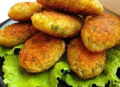 Lahanalı Köfte Tarifi Nasıl Yapılır? Et kullanmadan sadece lahanadan yapılmış çok lezzetli köfte tarifi. Yapılışı ve hazırlanışı kolaydır, kaynatılan süte doğranmış lahana katılarak pişirilir daha sonra diğer malzemeler katılır biraz daha pişirildikten sonra lahana harcından köfteler yapılır ve yağlı tavada köfteler pişirilir. Yanında taze kaymakla çok nefis olmaktadır. Lahanalı köfte tarifi malzemelerini yazalım lahana, süt, […]