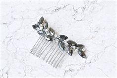#etsy : Peigne mariage, bijou de tête chignon, pic à cheveux de cristaux feuilles. Accessoire bohême, délicat, romantique, grec. Coiffure mariée http://etsy.me/2oid8m9 #mariage #accessoires #argent #gris #peigne #blanc #bijoudetete #boheme #romantique