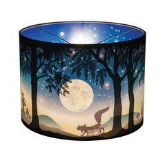 Wonderlamp Volle Maan is een lamp met een prachtig zwart wit bos aan de buitenkant. Een sprookjesnacht verschijnt aan de binnenkant als je het licht aandoet.....
