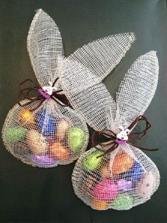 Great idea for Easter. The rabbit pouch Great idea for Easter. The rabbit pouch Easter Art, Easter Candy, Hoppy Easter, Easter Crafts, Easter Eggs, Spring Crafts, Holiday Crafts, Diy Ostern, Easter Projects