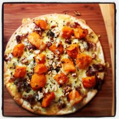 Caramalized onion & butternut pizza topped with walnuts. Caramalized Onions, Vegetable Pizza, Meal Planning, Creativity, Easy Meals, Dinner, Cooking, Recipes, Food