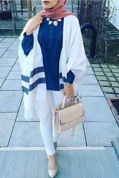 Hijab Fashion 2017 : Comment avoir un Hijab street style tendance Hijab Street look 2017 -look 22 Hijab Fashion 2017, Street Hijab Fashion, Fashion Outfits, Fashion 2018, Fall Outfits, Islamic Fashion, Muslim Fashion, Modest Fashion, Modest Wear