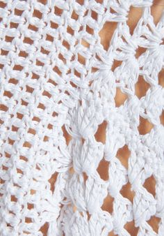 crochet kingdom (E.H): Original White Poncho ! Crochet Cardigan, Crochet Shawl, Hand Crochet, Knit Crochet, Crochet Gratis, Crotchet Stitches, White Poncho, Knitting Patterns, Crochet Patterns