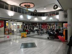 Local comercial en Fuenlabrada de 110 m2, situado en Centro Comercial, tiene dos escaparates, uno con entrada en la parte interior del Centro Comercial y el otro a la calle. Perfecto estado de mantenimiento. Zona de mucho transito peatonal.