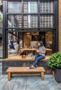 【外を眺めて寛ぎのひととき】外部とつながる縁側的ベンチシートのあるダイニングスペース | 住宅デザイン