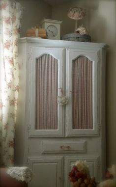 Cottage Blessings: A Corner China Cabinet .Becomes A TV Cabinet! Beach Furniture, Diy Furniture, Corner China Cabinets, Kitchen Cabinets, Shabby Chic Cottage, Cottage Style, Gold Bedroom, Refurbished Furniture, Farmhouse Design