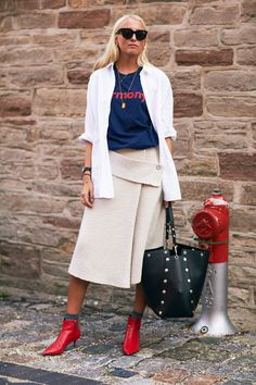 Winter / Fall Fashion Copenhagen Fashion Week Street Style: red booties, navy graphic tshirt, creme colored midi skirt, and a white button down. Street Style 2017, Looks Street Style, Spring Street Style, Street Chic, Street Fashion, Komplette Outfits, Fashion Outfits, Casual Chic, Moda Do Momento