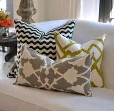 Effetto collage. Si può usare il tessuto avanzato dalle tende per realizzare i cuscini, abbinandone anche altri, monocolore, sempre nelle stesse tinte.