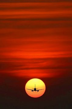 Airplane Photography, Macro Photography, Perfect Timing, Beautiful Sunset, Beautiful Places, Mother Nature, In This World, Cool Photos, Around The Worlds