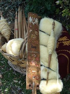 Zaboravljeni zanati - forgotten crafts (Balkan spindles and distaff) Photo only. Spinning Wool, Hand Spinning, Spinning Wheels, Textiles, Drop Spindle, Loom Weaving, Yarn Crafts, Hand Art, Textile Art