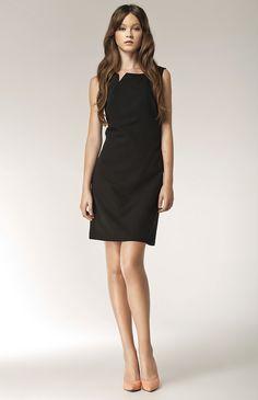 jolie robe doublée au décolleté original à porter en toute saison.