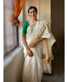 There are 5 majorities of variants in Kerala Kasavu Sarees that only a few people acknowledge. Check out now! Kerala Saree, Ethnic Sarees, Indian Sarees, Indian Clothes, Indian Dresses, Indian Outfits, White Blouse Designs, Saree Blouse Designs, Ethnic Fashion