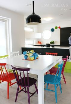 How mismatched chairs make dining room really modern Kitchen Chairs, Kitchen Dining, Kitchen Decor, Dining Room Design, Dining Room Table, Mismatched Chairs, Sweet Home, Colorful Chairs, Small Dining