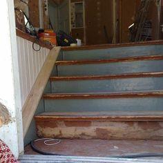 """9 - Iso osa lankkulattian palautusta oli portaiden uusiminen. 1980-luvun vesivaneriportaiden alta löytyivät alkuperäiset portaat jotka olivat todella hurjassa kunnossa, eikä niistä saanut enää kalua. Mietinnän jälkeen rakensimme portaan tukirakenteiden päälle """"uudet"""" portaat eteisen takaosasta puretun kerroksen välisen portaiden askelmista. Tämä oli purettu sillä ylä- ja alakerrassa olivat eri asunnot ja palomääräykset vaativat aukkojen kiinnilaittamista. Nyt siis upeita portaita saatiin…"""